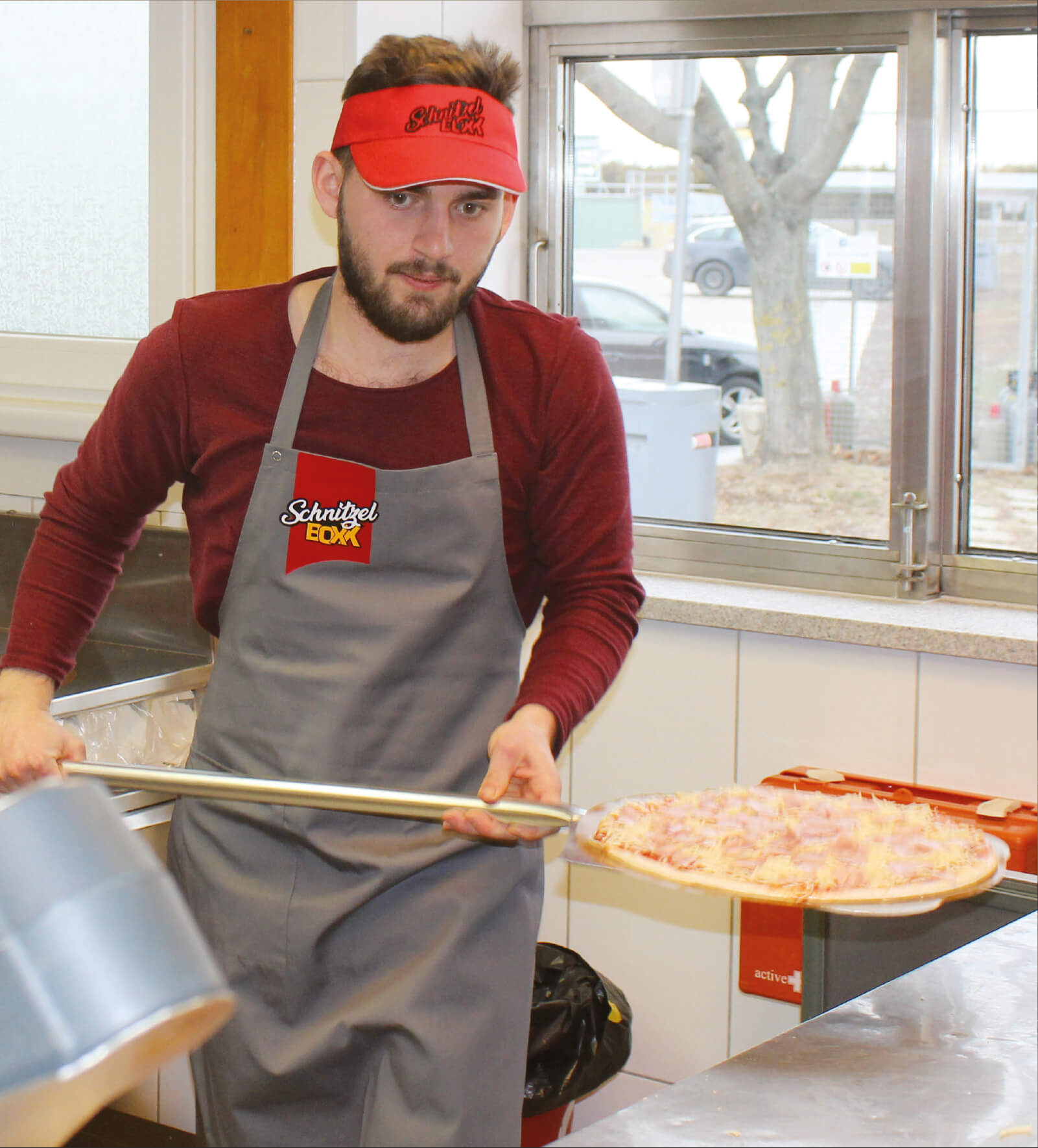 Frische Pizza von Hand gemacht in der Schnitzelboxx